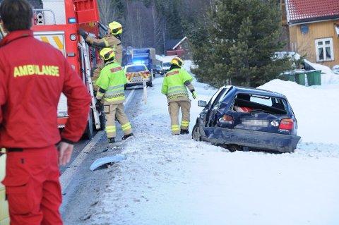Kraftig smell: Denne bilen ble dyttet langt ut i grøfta etter en påkjørsel bakfra.