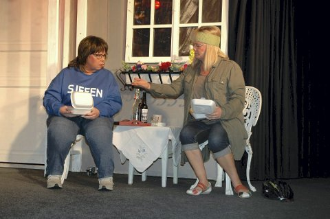Kortreist mat: Trude Smith serverer Mette Sperre (Mona Lundblad) gjeddeburger godt krydret med gummikuler fra kunstgressbanen på Fedrelandet. Foto: Per Christian Utsigt