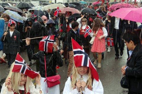 FARE FOR REGN: Ifølge meteorologen vil det komme noe regn på 17. mai. FOTO: SCANPIX Foto: Løchen, Per