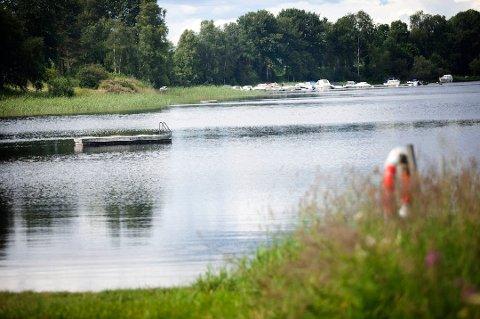 POPULÆRT: Limastranda i Nannestad er et yndet badested. Nå er det ifølge kommunene på Øvre Romerike funnet et avvik på bakterien Intestinale Eterokokke. FOTO: Arkiv