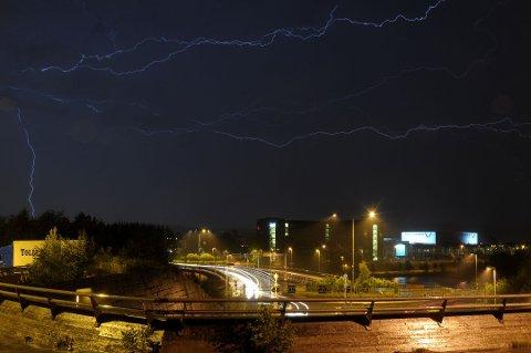 Meterologisk institutt forteller at det er utrygt for kraftig regn og torden de neste timene.