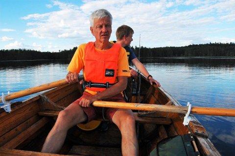 OPPDAGET SKOGBRANN: Henry Michael Ødegaard og sønnen Adrian (i bakgrunnen) oppdaget skogbrannen nord for Breisjøen lørdag da de var på badetur i området.