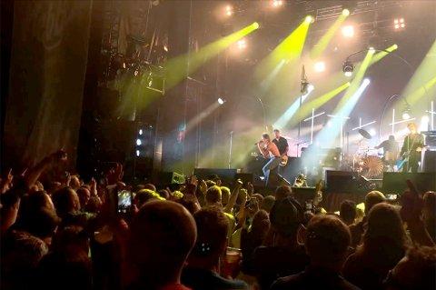 LIV: Slik så det ut på Nebbenfestivalen da DumDum Boys spilte torsdag kveld. FOTO: VIDAR SANDNES