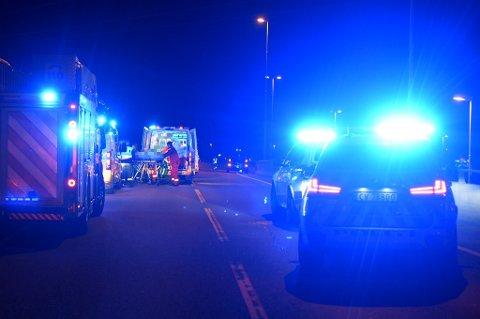 ALVORLIG: Veiarbeideren blir her fraktet inn i ambulansen og videre til Ullevål sykehus. FOTO: VIDAR SANDNES