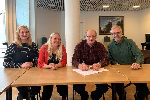 SIGNERING: Linn Emilie Hexeberg (SV), Hege Svendsen (Ap), Dag Opsahl (Sp) og Hans Petter Sveen (MDG) signerer samarbeidsavtalen.