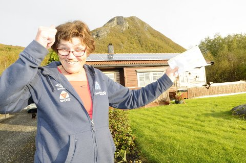 Sissel Kamsvåg jubler over sin aller første månedsregning etter at solcellepanelene på bustadhuset ble koblet opp. 480 kroner inn på konto er mye bedre enn 1300 ut.
