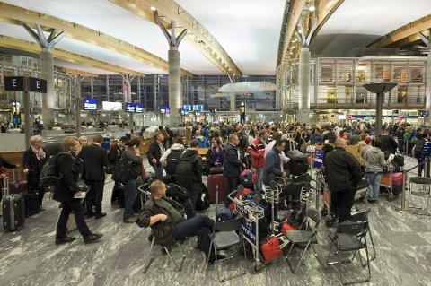 FORVENT KØ: Enorme folkemengder skal innom hovedflyplassen på Gardermoen i forbindelse med påskeferien. Nå ber de deg om å beregne litt ekstra tid.