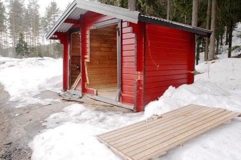 Slik så toalettet ut i 2009, etter at noen hadde gått løs på bygget med en motorsag. Arkivfoto: Øivind Eriksen