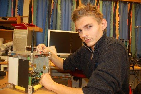 BYGGER RAKETT. Philip A. Løvlien og de andre elevene på romteknologilinja har i løpet av skoleåret bygd nyttelasten til en rakett som de selv var med på å skyte opp. Foto: Stig Bjørnar Karlsen