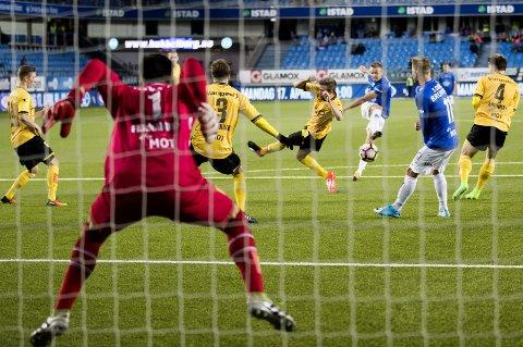 HAR TRUA: Simen Rafn – her i 2017, da han kaster seg inn for å blokkere skuddet fra Moldes Stian Gregersen (nr. 3 f.h.). Men ballen føk inn til seiersmål for hjemmelaget på overtid.
