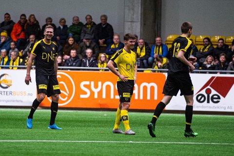 Høyaktuell: Sindre Mauritz-Hansen (i midten) kunne smile for to scoringer mot Frode Kippes legender lørdag. Spissen har styrket kandidaturet for LSK-kontrakt . Foto: Andreas Lekang