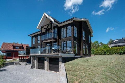 SELGES: Den nyoppførte arkitekttegnede tomannsboligen har tilsammen sju soverom og et bruksareal på 387 kvadratmeter.