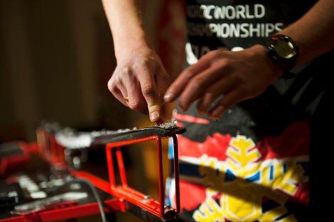Det blir ikke forbud mot bruk av fluor i skismurning i verdenscupene i langrenn og skiskyting kommende sesong. Foto: Fredrik Varfjell / NTB