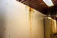 DÅRLIG FORFATNING: Slik ser det ut på veggen i andre etasje i Tærud fjellhall.