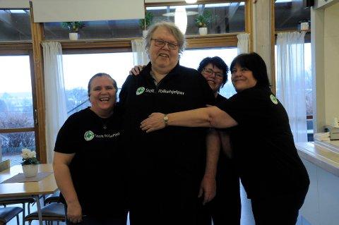 STRÅLER: Johansen og flere fra organisasjonen er strålende fornøyd med å ordne lunsj til eldre.