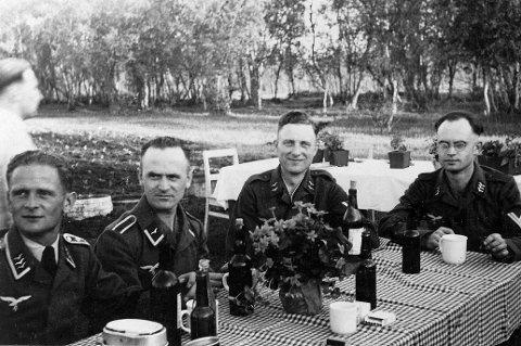 Tyske soldater samlet til festlig lag utendørs i Runni leir på Årnes.