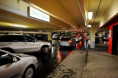 HERJET: Her i parkeringshuset på Strømmen storsenter skal mannen ha herjet, før han kjørte på en vekter. Bildet er tatt ved en tidligere anledning.