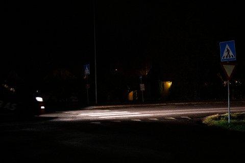MØRKT: I dette fotgjengerfeltet kan det være vanskelig for bilistene å oppdage myke trafikanter i mørket. Spesielt uten refleks.