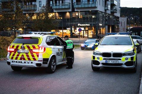 POLITI: Innsatsleder Turid Øygarden i samtaler med en av de andre politipatruljene.
