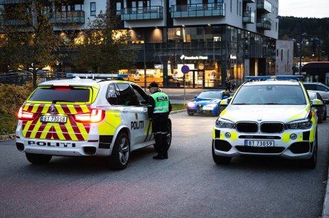 RYKKET UT: Bevæpnet politi rykket ut etter melding om at en gutt var ranet med en pistollignende gjenstand.