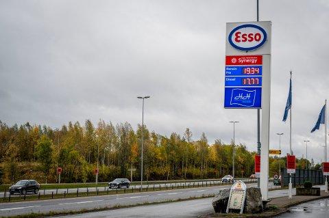 DYRT? Ved Esso på Kløfta kostet én liter bensin 19,34 kroner fredag ettermiddag.