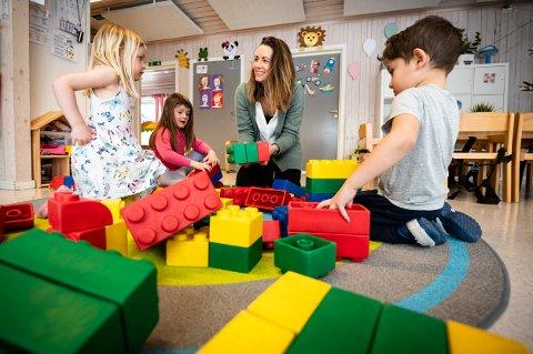 FORNØYD: Daglig leder i Toppen barnehage, Kathrine Tviberg Sandstad er godt fornøyd med resultatet fra Foreldreundersøkelsen. Her bygger hun Lego-tårn sammen med Wilma Braathen (t.v.), Thea Haugan Rojas og Elias Engebakken Alhamdi.