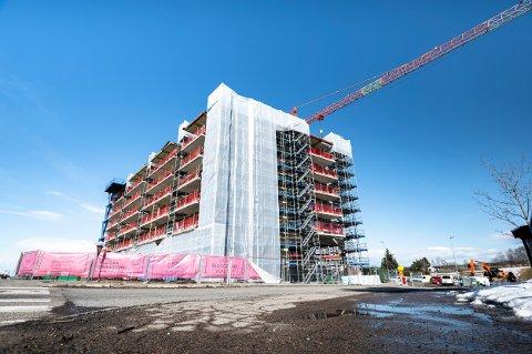 KOMMUNENS EIENDOM: Deler av denne boligblokka står fremdeles på Lillestrøm kommune sin eiendom.