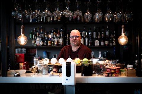 SKUFFET: Restaurantsjefen på Il Padrino på Strømmen, Stian Østland, er ikke imponert over måten lokalpolitikerne har diskutert koronatiltakene. Han etterlyser en enda større debatt.