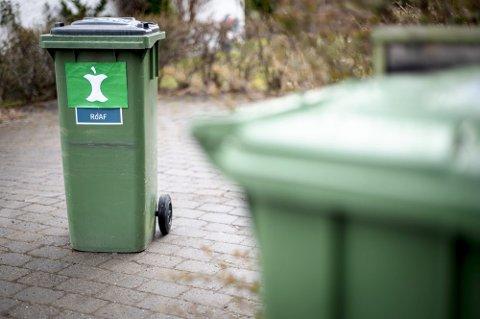 EN DUNK TIL: I ROAF-kommunene får innbyggerne snart en ny avfallsdunk å forholde seg til. Det er foreløpig ikke klart hvordan den nye beholderen skal se ut annet enn at den vil være merket det nye, nasjonale avfallsmerket. Foto: Anders Stensås