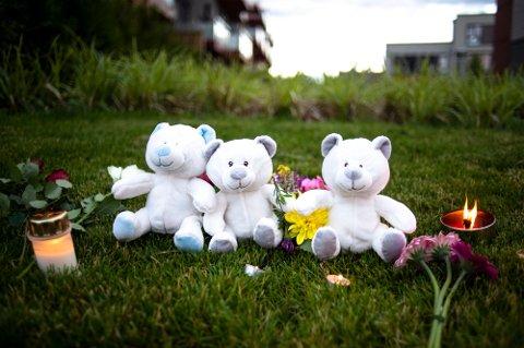 FUNNET DREPT: Lys, blomster og bamser ble satt opp for de to barna som ble funnet drept søndagen den 19. juli i år. Foto: Annika Byrde / NTB scanpix