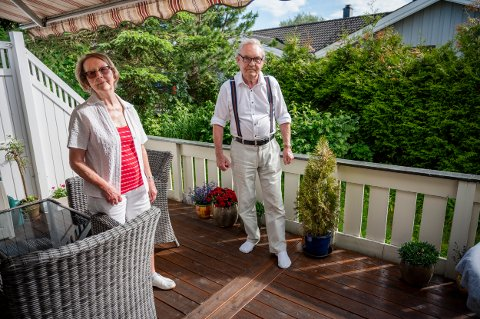 OPPGITT: Karin Ruud og Arne Henrik Ruud har bodd på Strømmen i alle år. De synes det er trist at noen har stjålet ting fra hagen og terrassen.