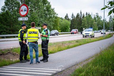 ULYKKE: Politiets etterforskere jobbet lenge på ulykkesstedet søndag kveld.