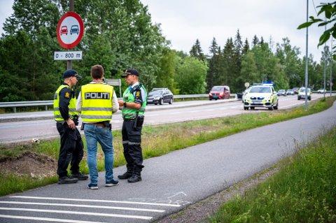 ETTERFORSKER:  Politiets etterforskere jobbet lenge på ulykkesstedet søndag kveld. Foto: Anders Stensås