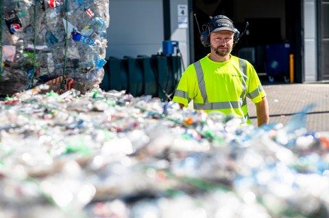 TOMFLASKER: Fredrik Berntsen trives godt i sin nye jobb. Sammen med sine 22 kollegaer skal de resirkulere plastflasker på den splitter nye fabrikken.