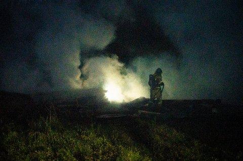 JOBBET PÅ SPRENG: Feiring brannvesen klarte å stoppe brannen fra å spre seg til skog og bebyggelse.