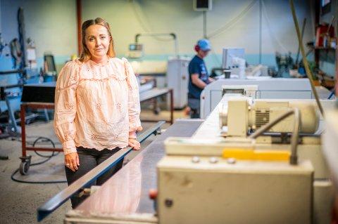ØNSKER FLERE FOLK: Mette Johanssen er administrasjonssjef i Nortekk. Hun håper flere ungdommer vil få øynene opp for taktekkerfaget.