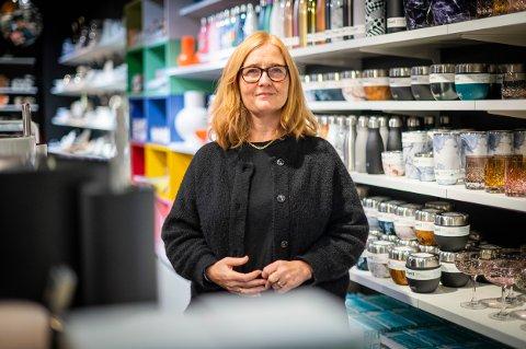 OPPGITT: Lena-Marie S. Bergersen driver interiørbutikk på Strømmen Storsenter. Hun synes det er trist at noen forsøker å lure til seg varer.