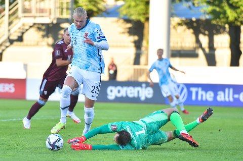 Erling Braut Haaland i duell med Latvias keeper Pavels Steinbors under VM-kvalifiseringskampen i fotball mellom Latvia og Norge på Daugava Stadium i Riga.