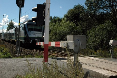 SKAL BORT: Denne overgangen skal fjernes. I stedet kommer det bro over jernbanelinja. Broen skal etter planen stå klar i 2017.