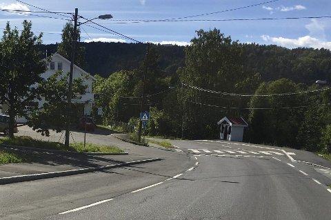 MØRKT: Selv om det fortsatt er ganske lyse kvelder, krever lokalbefolkningen på Nærsnes at veilysene straks settes i stand igjen. Det skal ha vært mørkt langs veien siden før sommeren.