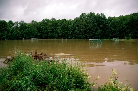 Flerbrukshallen skal fortrinnsvis bygges på tomten hvor NÅIFs fotballbane ligger idag, og det planlegges å heve tomten for unngå flom som her i 2007.