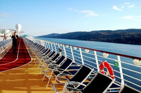 GIGANTISK SVANE: Verdens største cruiseskip solte seg i glansen da den kjørte forbi Hurumhalvøya i 2008. «Independence og the seas» er tre ganger lenger enn Oslo Plaza.