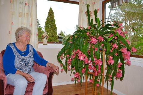Randi Roås med den flotte kaktusen som syforeningen sa hun måtte få inn i avisen.