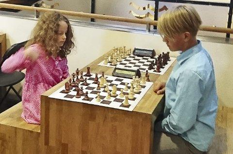Oppvarming: Agnethe (8) og Vladislav (12) varmet opp før møtet med Magnus Carlsen.