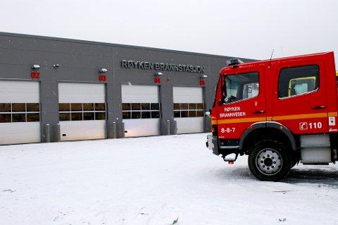 FIRE VIKARER: Røyken brannstasjon skal ha fire vikarer 12 uker i sommer.