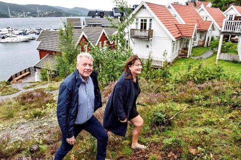 HÅPER: Både Paal Engebretsen og Vigdis Kvan Edman har vokst opp med sommer i Holmsbu, og har hatt sommerhus på Holtnes Brygge i flere år. Nå håper de på at nye eiere overtar Holmsbu Spa. Arkivfoto: Drammens Tidende/Sven-Erik Røed