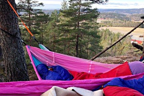 UTENDØRSOVERNATTING: Flere unge planlegger å sove ute i sommer. Norsk Friluftsliv mener at det er viktig for både helsa, og bevaring av norsk kulturarv.
