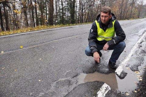 DÅRLIG: Det er ikke planlagt oppgradering av fylkesvei 281 i 2020. Svein Granli etterlyste dette allerede i 2011, men enda har det ikke skjedd noe med veien.