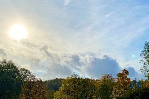 GLØTT AV SOL: Mandag morgen titter solen fram bak skydekket. Mens det fortsatt er fare for regn i starten av denne uka, kan vi igjen få et gløtt av sol nærmere helgen, ifølge Meteorologisk institutt.