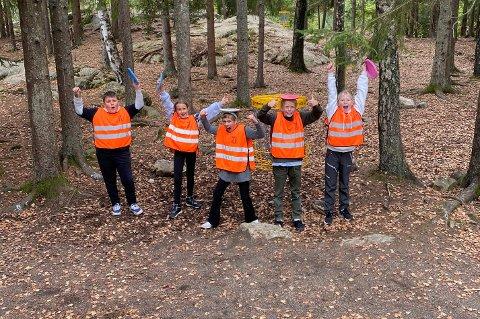 JUBLER: Trivselslederne i femte trinn på Frydenlund skole jubler for den nye frisbeegolfbanen, som ble foreslått av elevrådet.